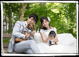 緑の中で犬と家族のウェディング_インデックス写真