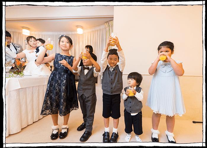 子供達の乾杯の写真