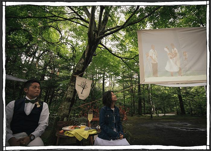 軽井沢の森のスクリーン上映