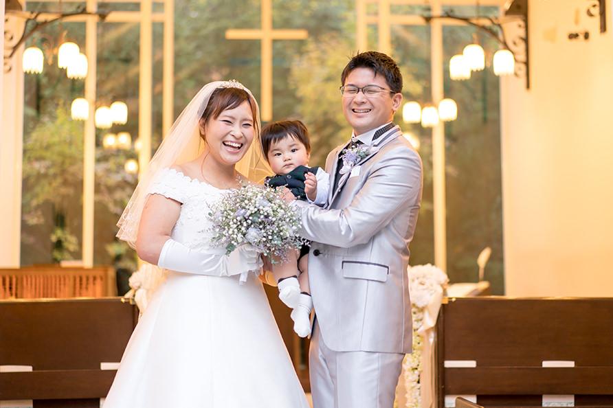 お子様連れの結婚式の写真